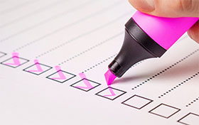 チェックリストとピンクの蛍光ペン