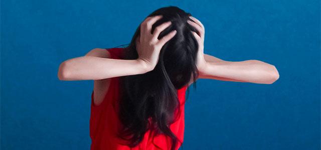 トラブルに頭を悩ませる女性